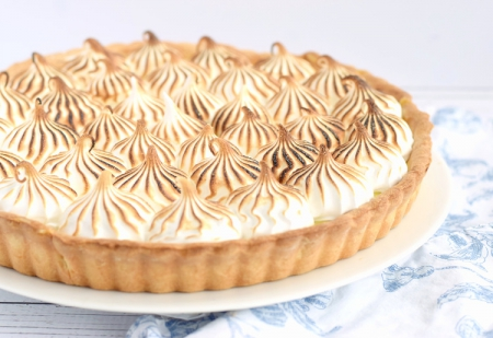Lemon+Meringue+Pie+–+sweet,+buttery+pie+crust+filled+with+a+tangy+lemon+curd+and+topped+with+a+glossy,+marshmallow-y+meringue.+Video+included!+_+trufflesandtrends.com.jpg