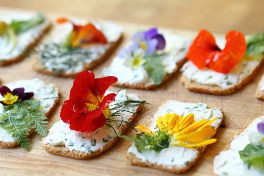 15_wedding_uses_edible_flowers7.jpg